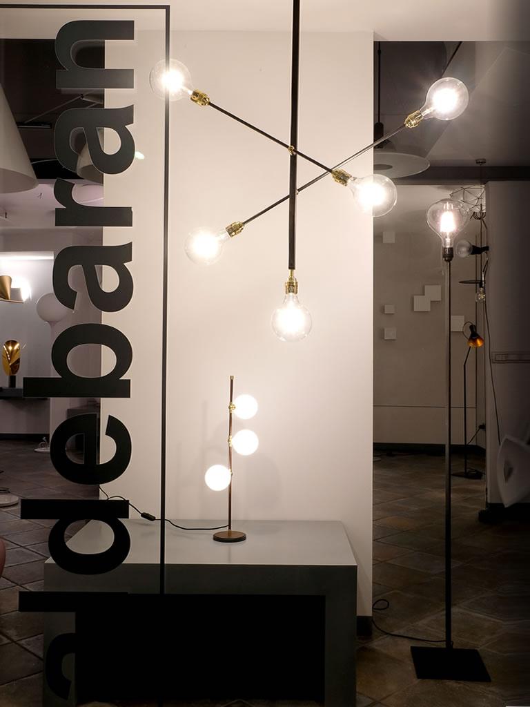 Aldebaran - Lo showroom di biella - Particolare vetrina con lampade in sospensione