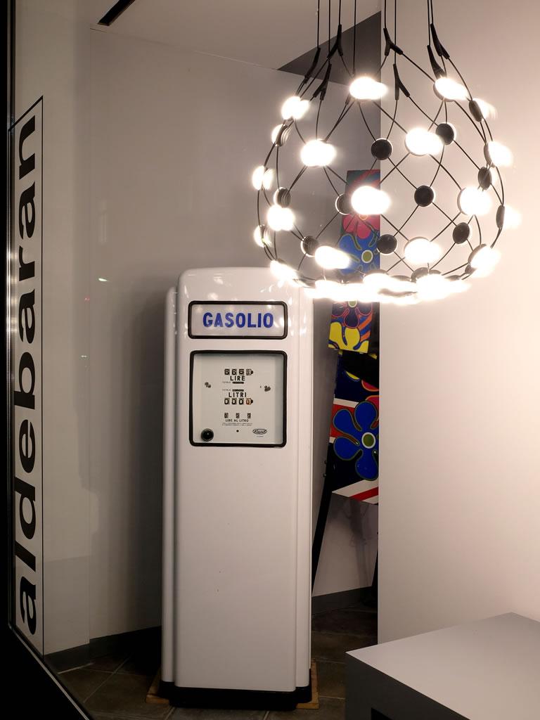 Aldebaran - Lo showroom di biella - Particolare vetrina con distributore di benzina