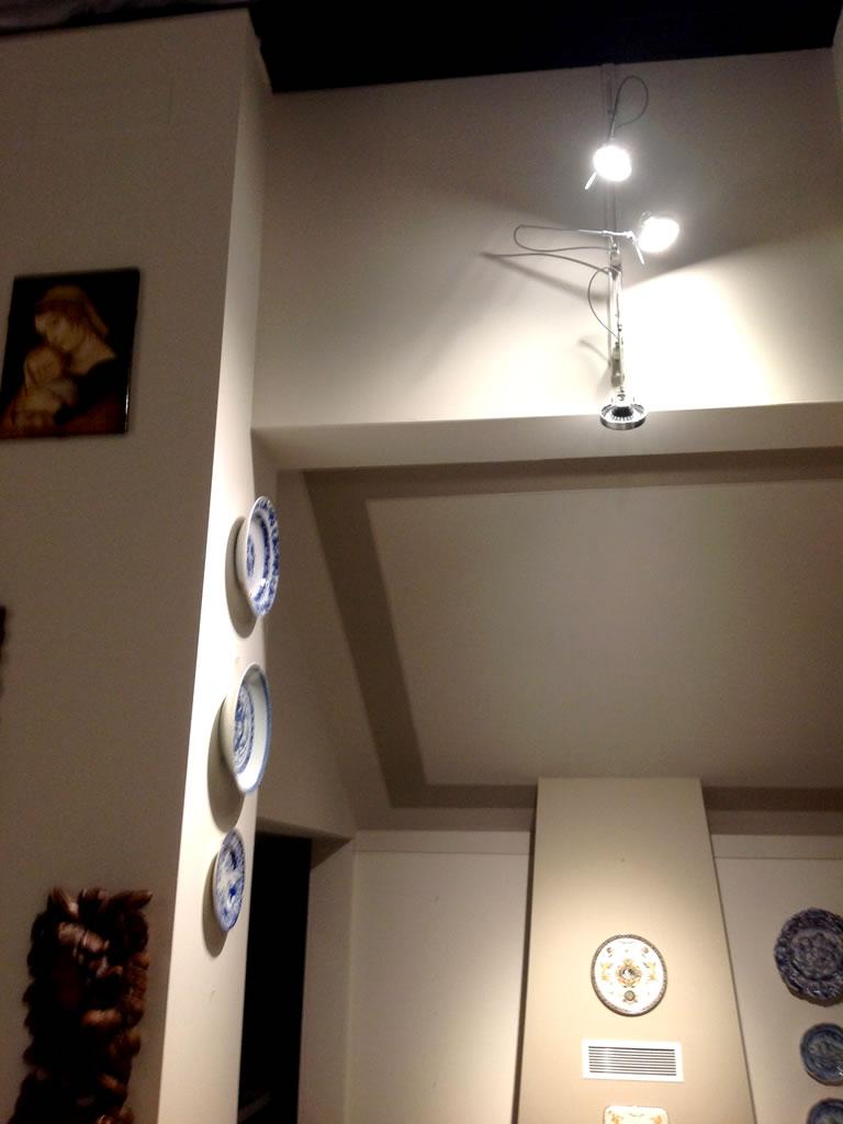 Aldebaran - Biella - esempio soluzione illuminotecnica per valorizzare oggetti affissi al muro